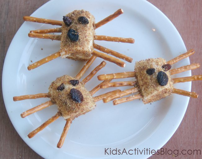 banana spiders - a healthy creepy snack.for kids