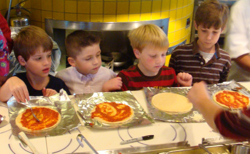 Kids making pizzas