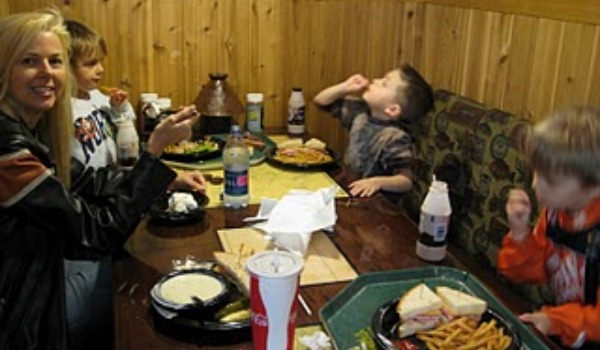 moms and kids eating