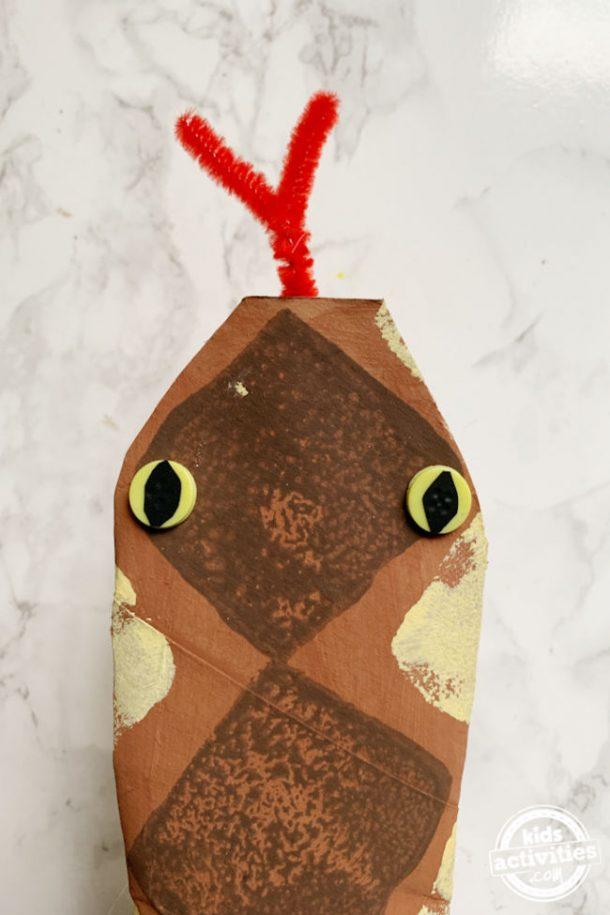 artisanat de serpent en papier avec gros plan sur la tête de serpent