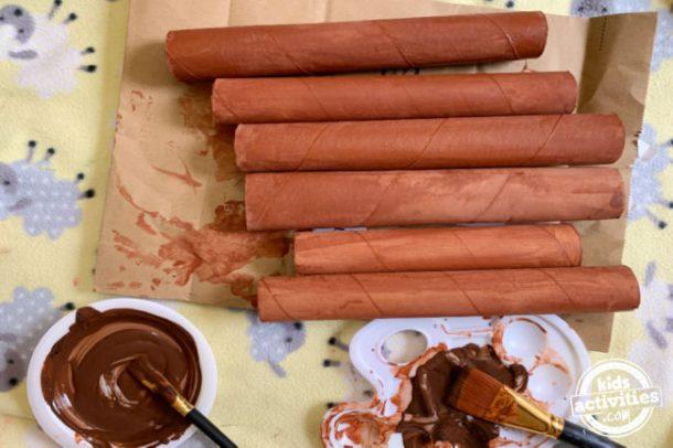 les rouleaux de papier toilette vides sont peints en marron pour l'artisanat des serpents