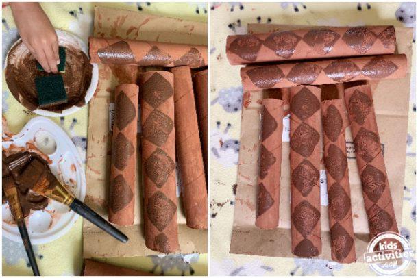 l'éponge est trempée dans de la peinture marron foncé et fait des motifs pour imiter le vrai serpent