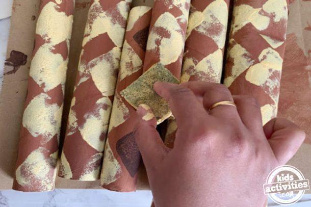 motif carré jaune sur rouleau de papier toilette vide artisanat de serpent préscolaire
