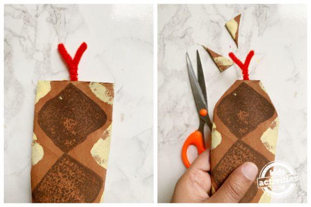 Coupez deux petits morceaux triangulaires de chaque côté du rouleau de papier après avoir collé la langue pour créer la tête de serpent pour l'artisanat de serpent en papier