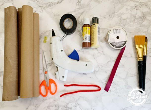 fournitures pour fabriquer des serpents en papier toilette en utilisant des rouleaux de papier toilette vides