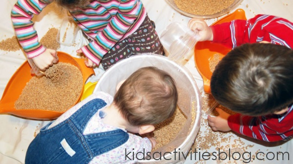 2 year olds activity pouring