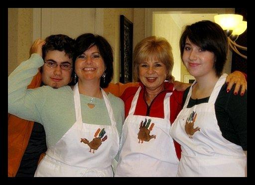 Toute la famille portant les tabliers de dinde que nous avons confectionnés.