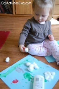 petite-fille-avec-projet-artisanat