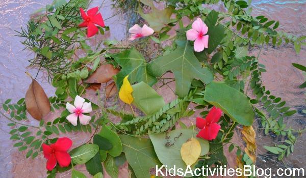fleur et feuilles sur table