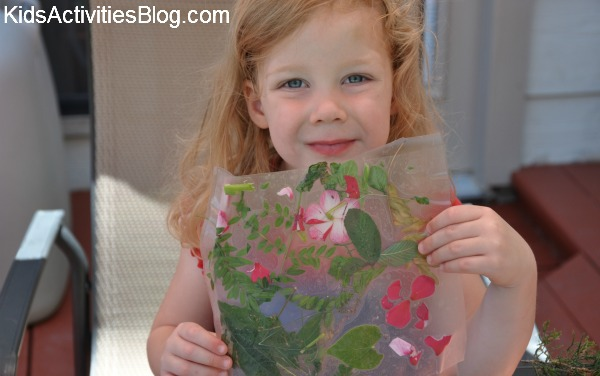 petite fille avec collage nature