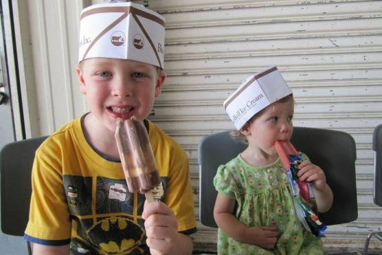 2 kids eating ice cream