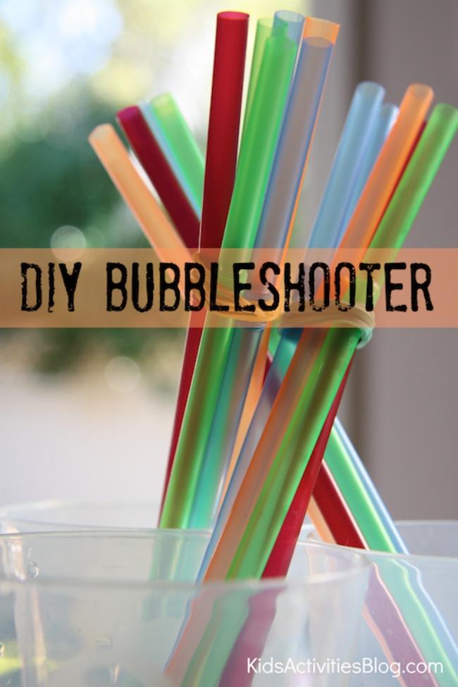 Créez votre propre bubble shooter par le blog d'activités pour enfants - un groupe de baguettes à bulles faites maison (colorées) présentées dans une série de gobelets en plastique