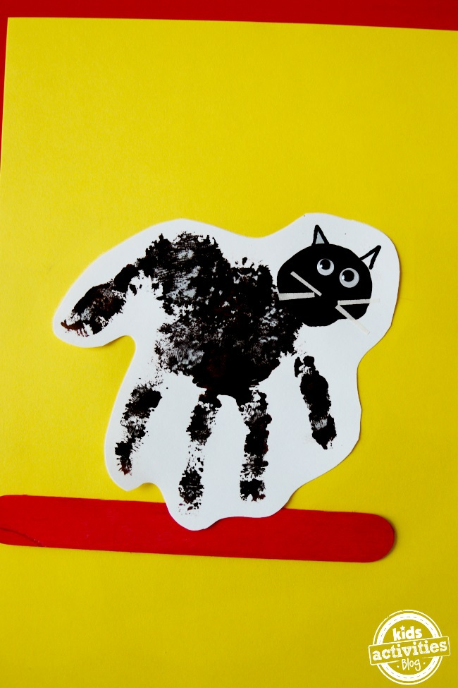 black cat handprint craft for preschoolers