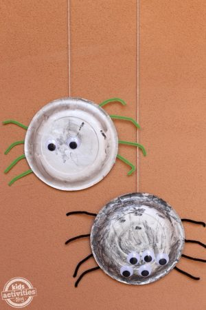 Make your own paper plate spiders this Halloween - perfect for hanging on your door!