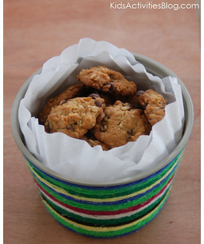 Homemade Christmas Gift:  Make a yarn covered cookie tub from a margarine container.