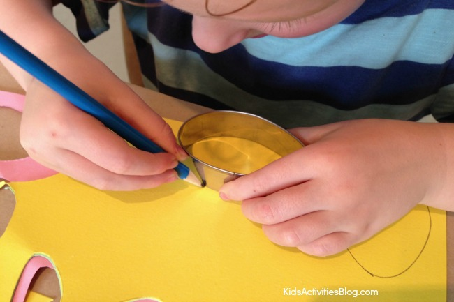 Make a garland of Easter eggs {Easter crafts for kids}