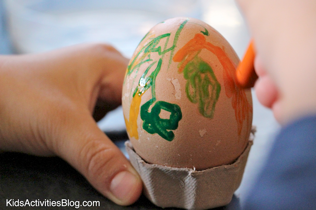 Melted Crayon makes beautiful egg craft {Crayon art}