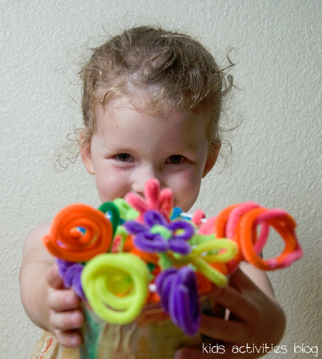 pipecleaner flowers -  a great gift for kids to create {easy craft!!}