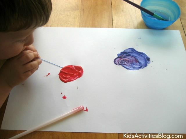 Les enfants adorent peindre des feux d'artifice pour le 4 juillet {peinture à la paille}