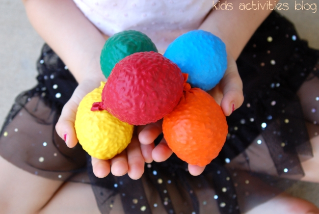 {Kids DIY} balloon balls - great for juggling