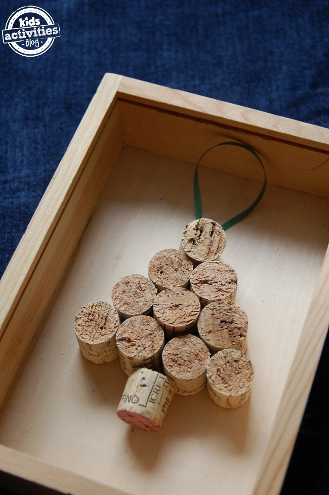2 homemade ornaments you can make with corks for Homemade christmas ornaments to make