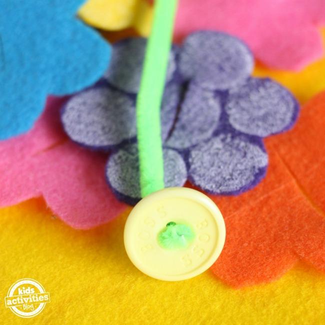 bouton, cure-pipe et fleurs en feutre