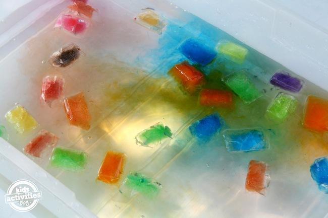 bac de jeu de glace de couleur