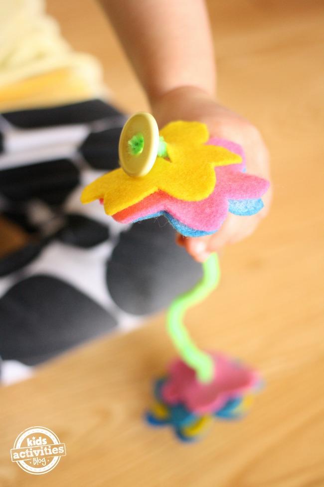 Feutre Flower Button Snake pour le développement de la motricité fine