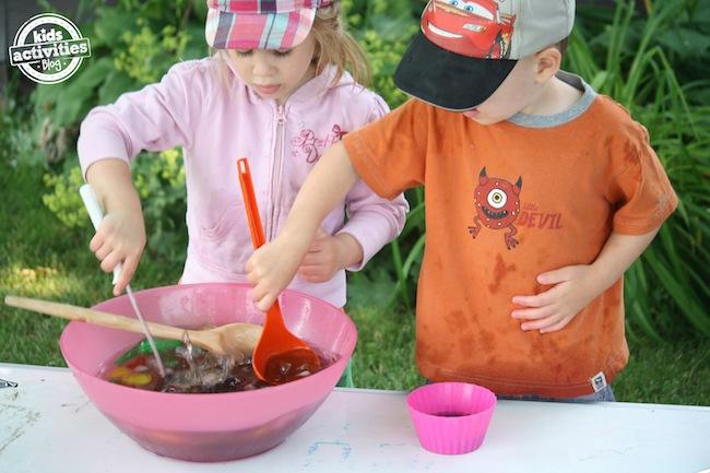 enfants jouant avec de la glace colorée