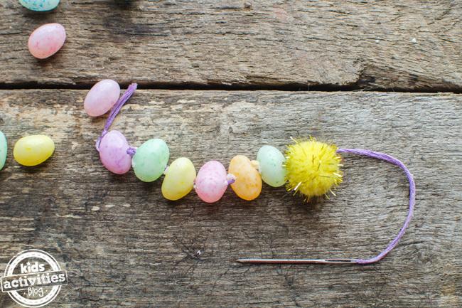 Bricolage de Pâques avec des fèves à la gelée comme ce bracelet