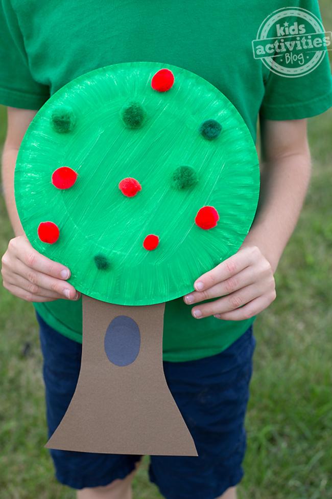 Célébrez l'automne avec ce bricolage amusant et facile avec un pommier Pom Pom