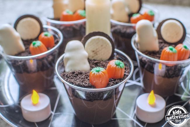 tasses de pudding d'halloween sur un plateau prêt à être mangé