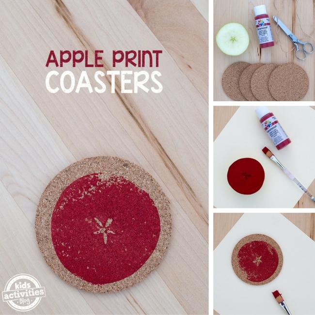 """Faire des sous-verres imprimés Apple est un bricolage amusant à faire avec les enfants après avoir visité une ferme de pommes.  Les enfants apprécieront de voir le """"Star"""" à l'intérieur de la pomme, puis en l'estampant sur un sous-verre en liège pour l'utiliser comme ornement, cadeau ou sous-verre pour la maison.  Ce métier nécessite des fournitures de base et peut être fait à la maison, à l'école ou à la garderie."""