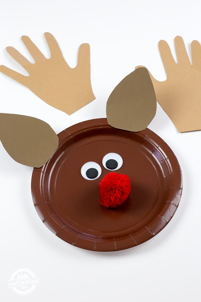 Tape a loop of string or pipe cleaner to the back of the paper plate so that children can hang their reindeer on the Christmas tree! & PAPER PLATE REINDEER CRAFT - Kids Activities