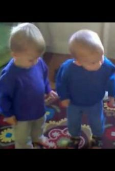 "Twins Sing Along With ""Somebody That I Used To Know,"" And It's So Cute"