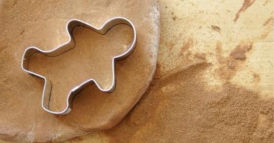 Bricolage préscolaire de Noël avec bonhomme de pain d'épice de pâte à modeler