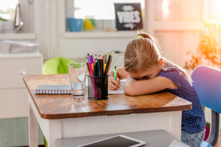 Fille fatiguée d'écrire au bureau à la maison - Blog d'activités pour enfants