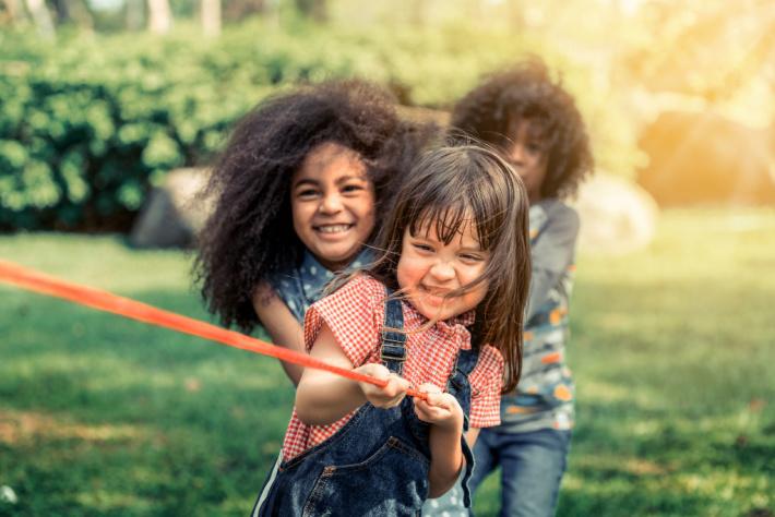 Enfants tirant sur une corde - force de la main - Kids Activities Blog