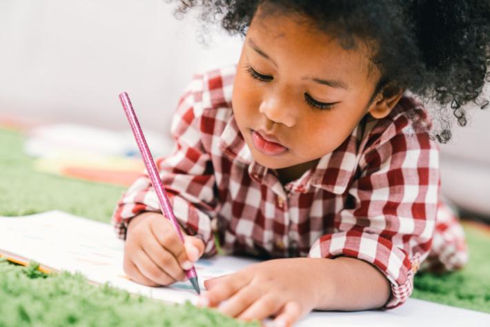 Jeune enfant tenant un crayon correctement - Kids Activities Blog