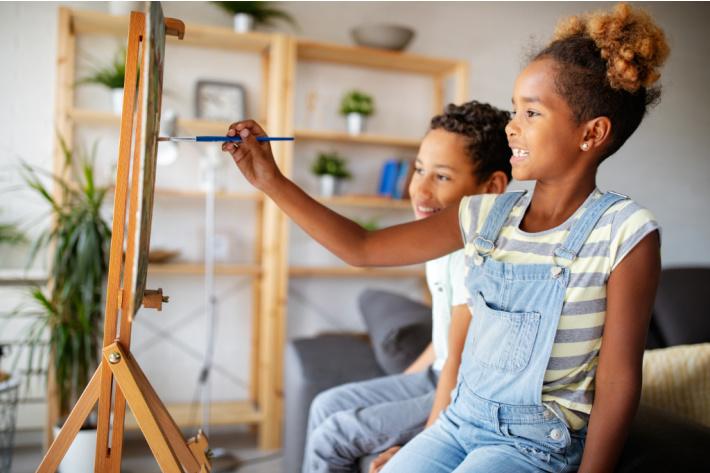 Artisanat pour chaque jour du Mois de l'histoire des Noirs - Blog d'activités pour enfants - deux enfants peignent à la maison