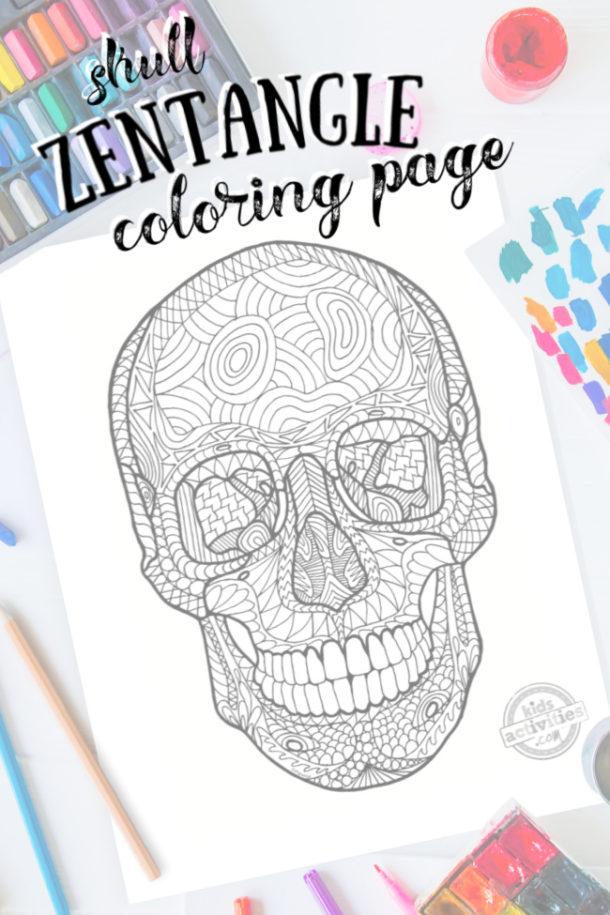 art complexe de motif zentangle de crâne humain prêt à être coloré avec des fournitures d'art mixtes et des couleurs vives