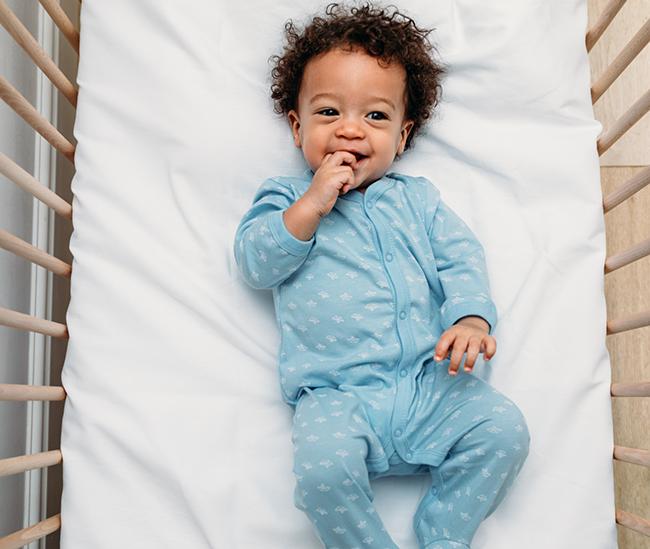 1 an allongé dans un berceau éveillé - essayant de faire dormir bébé toute la nuit