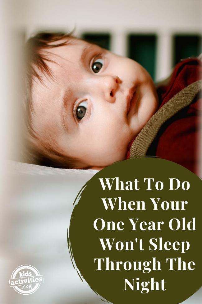 un bébé d'un an ne dort pas toute la nuit, se réveille dans son berceau en attendant sa mère