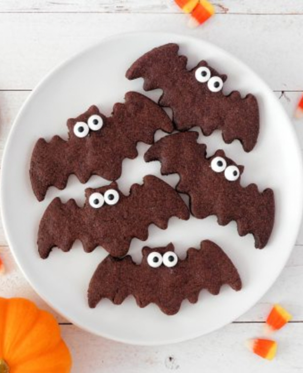 bat cookies that are made with brown sugar cookies and white sugar eyes