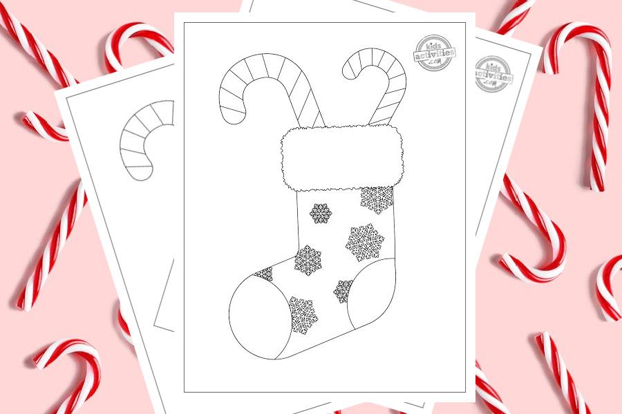 Coloriage imprimable d'un bas de Noël rempli de cannes de bonbon.  Le bas de Noël est recouvert de flocons de neige magnifiquement détaillés et entouré d'un joli fond rose parsemé de vraies cannes de bonbon.