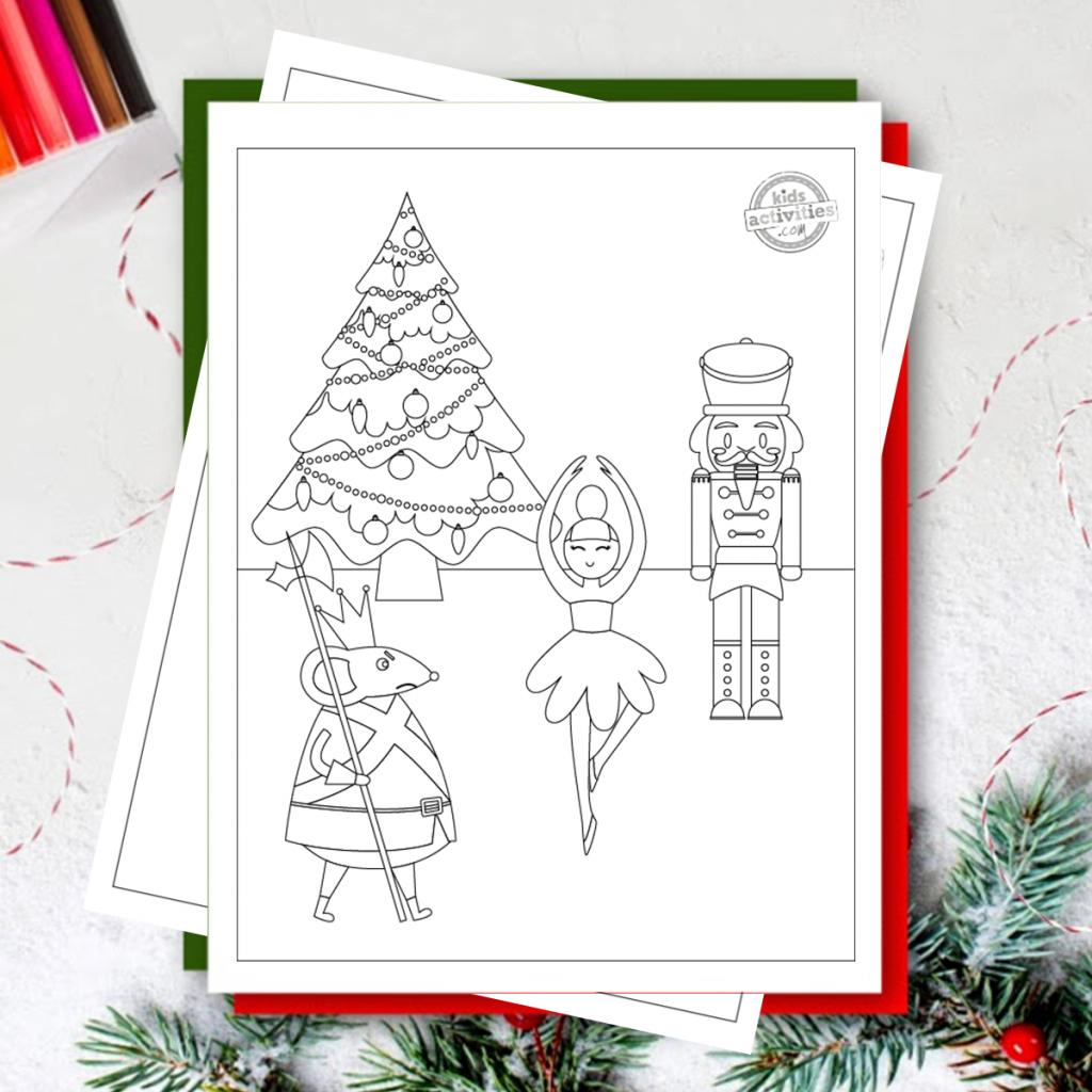 Casse-noisette à colorier avec casse-noisette, arbre de Noël, le roi des rats et une ballerine au-dessus d'autres pages à colorier et du papier rouge et vert, avec des branches d'arbre de Noël et des marqueurs de couleurs vives