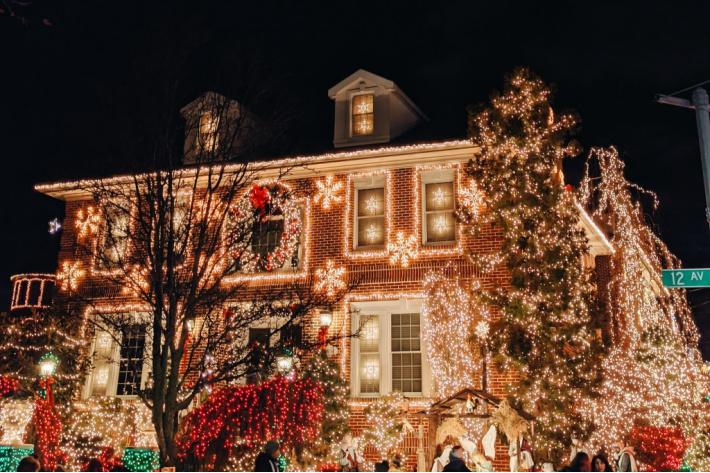 house lit up for Christmas - printable Christmas game - I found the twinkling stars
