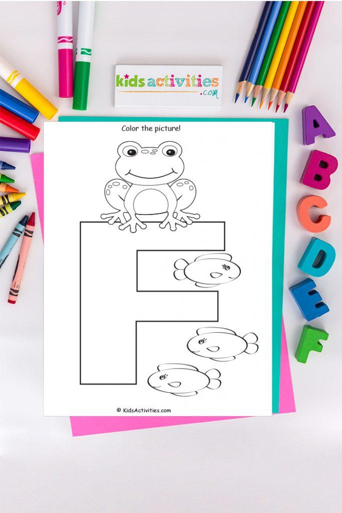Página para colorear de la letra F - Blog de actividades para niños - letra F mayúscula con tres peces en el fondo de los crayones y marcadores de ABC