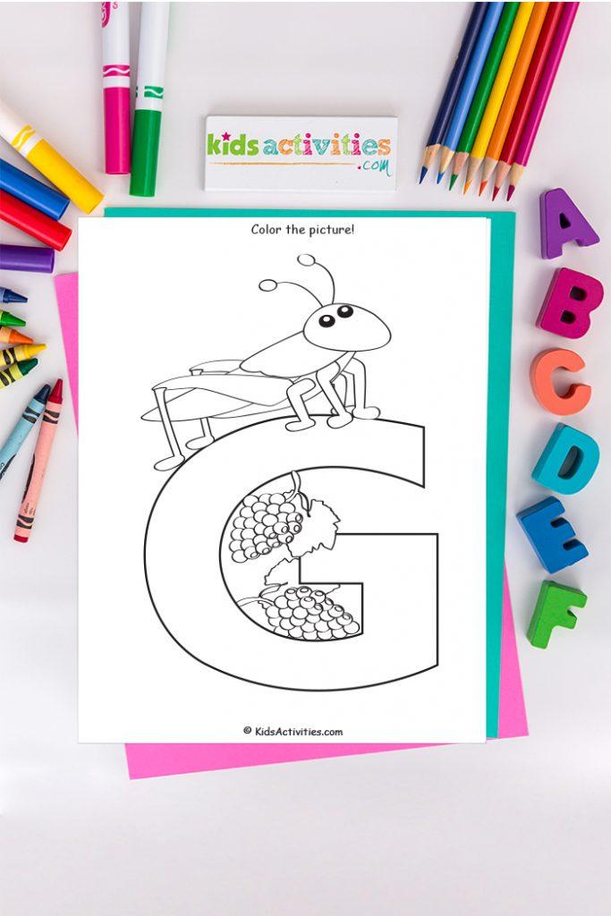 Página para colorear de letra G - letra G mayúscula con saltamontes y uvas - sobre fondo de marcadores y crayones de ABC