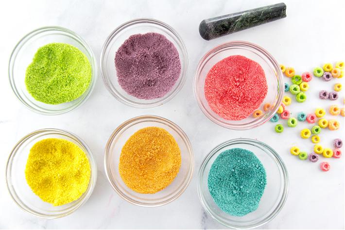 Fruit Loops broyés en poudre dans des bols individuels triés par couleur